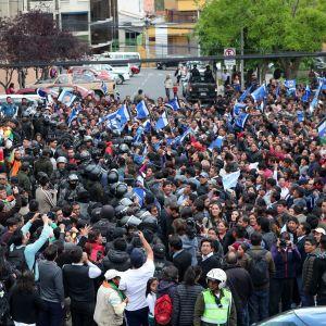 Moralesin ja Mesan kannattajat odottivat presidentinvaalien tuloksen selviämistä pääkaupungissa La Pazissa.