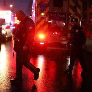 Pelastushenkilöstö tulitaistelun tapahtumapaikalla Jersey Cityssä Yhdysvalloissa, jossa kuoli kuusi ihmistä.
