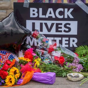 Ihmiset toivat kukkia  Minneapolisissa paikalle, missä mustan miehen kuolemaan johtanut pidätys tapahtui.