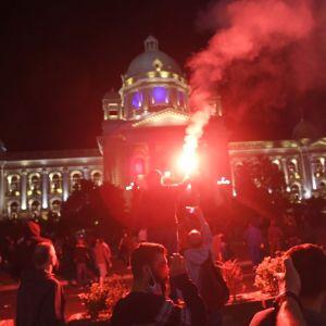 Protestoijat kokoontuivat Belgradian parlamenttitalon edustalle vastustamaan viikonlopuksia asetettua ulkonaliikkumiskieloa.