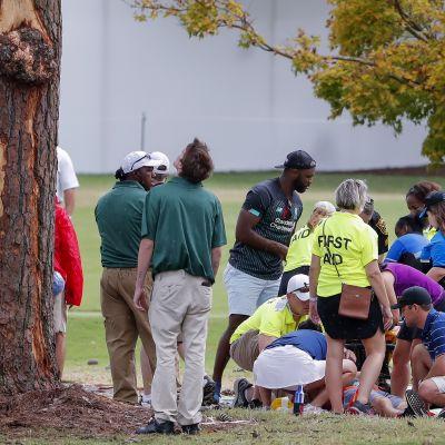 Ensihoitajat auttoivat salamaniskun kohteeksi joutuneita ihmisiä East Lake Golf Clubin kentällä Atlantassa.