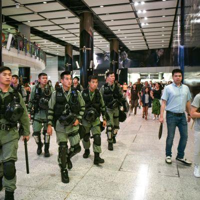 Hongkongin lentokenttää oli lauantaina turvaamassa useita mellakkapoliiseja.