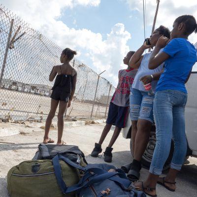 Bahamalaisia odottamassa Freeportin lentokentällä mahdollisuutta evakuoitua hurrikaanin runtelemalta saarelta.