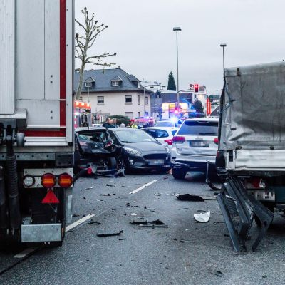 Poliisin mukaan epäilty ajoi anastamallaan rekalla päin autoja, jotka odottivat liikennevaloissa lähellä Limburgin päärautatieasemaa.