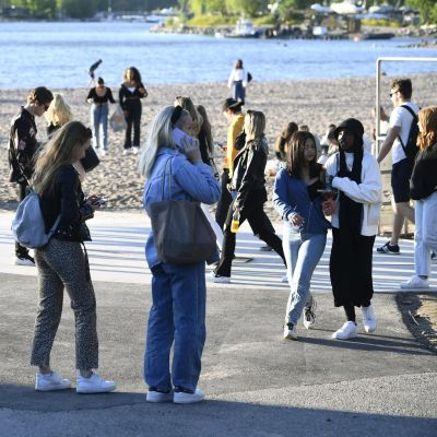 Kouluvuoden päätöksen juhlintaa kauniissa auringonpaisteessa Hietaniemen uimarannalla Helsingissä lauantaina.
