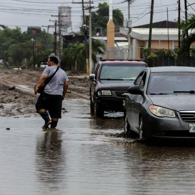 Kaksi viikkoa sitten riehuneeen Eta-myrskyn aiheuttamia tulvia Hondurasin La Limassa. Kaupungissa varaudutaan nyt uuteen hurrikaaniin.