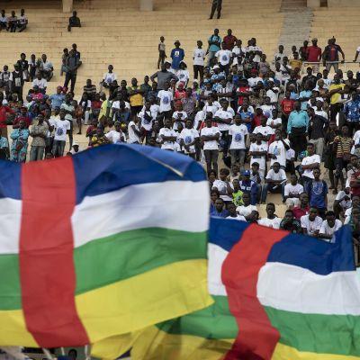 Keski-Afrikan tasavallan presidentti Faustin-Archange Touaderan kannattajat seuraavat vaalitilaisuutta maan lippujen takana.