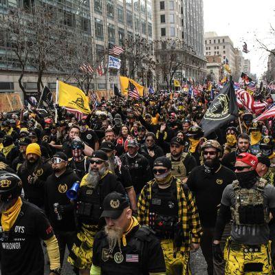 Proud Boys -järjestön jäsenet marssivat joulukuun 12. päivä Washingtonissa vastustaakseen Joe biden vaalivoittoa.