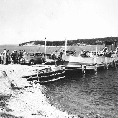 En svartvit bild av Prostvikfärjan på 1950-talet