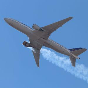 Matkustajakoneen moottori savusi lauantaina Denverin taivaalla.