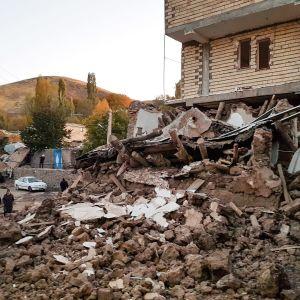 Maanjäristyksen aiheuttamia tuhoja Varnakeshin kylässä Luoteis-Iranissa.