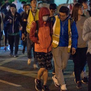 Protestoijia poistumassa kampuksen alueelta, jota poliisi on piirittänyt sunnuntaista lähtien.