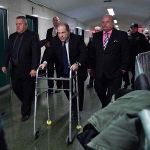Harvey Weinstein (keskellä) poistuu oikeustalolta New Yorkista oikeudenkäyntiä edeltävästä kuulemisesta.