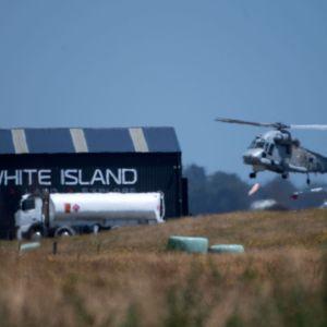 Armeijan helikopteri palaa White Island -saarelta Whakatanen lentokentälle Uudessa-Seelannissa.