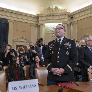 Everstiluutnantti Alexander Vindman todisti presidentin virkarikosoikeudenkäynnissä 19. marraskuuta 2019.