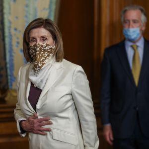 Edustajainhuoneen puhemies Nancy Pelosi saapui edustajainhuoneelle kangasmaski kasvoillaan.