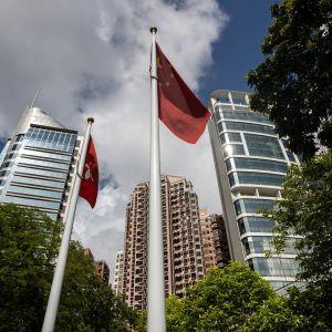 Kiinan kansantasavallan lippu liehui keskiviikkona pilvenpiirtäjän edustalla Hongkongissa.