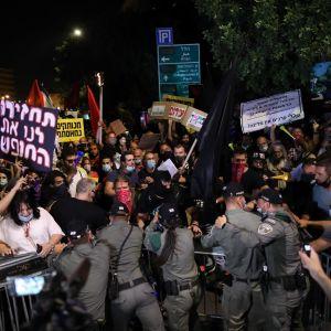 Protestoijat ja poliisit ottivat yhteen illalla pääministeri Benjamin Netanyahun virka-asunnon ulkopuolella Jerusalemissa.