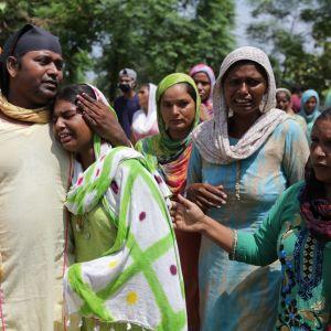 Sukulaiset surivat myrkkyviinaan menehtynyttä Mucchalin kylässä järjestetyissä hautajaisissa.