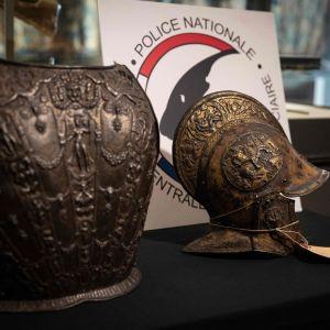 Yksityskokoelmasta hiljattain löytyneet rintahaarniska ja kypärä oli lahjoitettu alun perin Louvren taidemuseolle vuonna 1922.