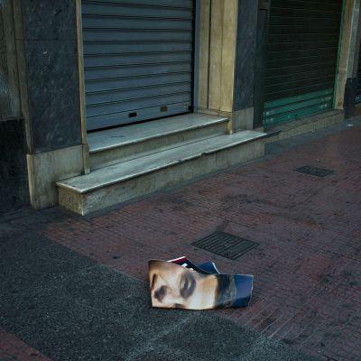 Syriza-puolueen johtajan Alexis Tsiprasin kampanjaluliste Ateenan kadulla varhain aamulla 19. syyskuuta.