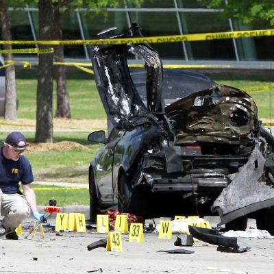 FBI:n työntekijä tutki rikospaikkaa Curtis Culwell -keskuksen ulkopuolella Garlandissa 4. toukokuuta.