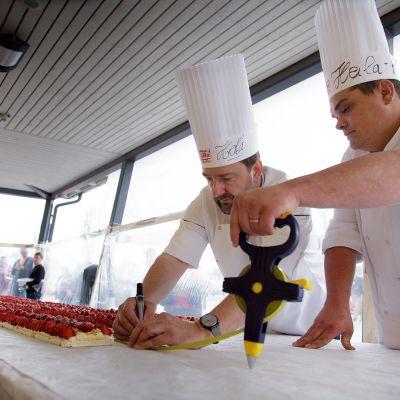 Lionel Lallement (vas.) ja Sebastien Jerome mittaavat Suomen pisintä mansikkatorttua.