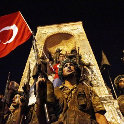 Turkkilaissotilaat vartioivat Taksim-aukiota Istanbulissa.