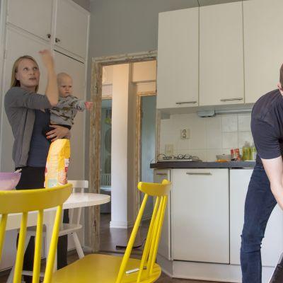 Perhe keittiössä.