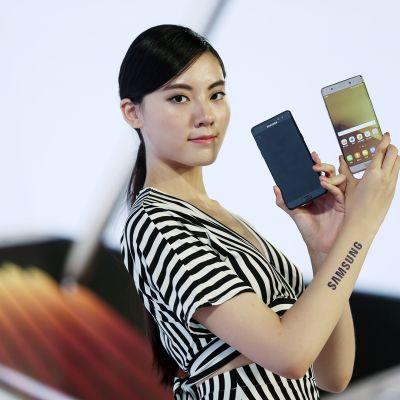 Malli esitteli Samsungin Galaxy 7 -puhelinta Taipeisa elokuun alussa.