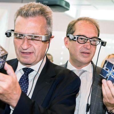 EU:n digitaalitalouden ja -yhteiskunnan komissaari Günther Oettinger ja Saksan liikenneministeri Alexander Dobrindt testasivat lisätyn todellisuuden laseja elektroniikkamessuilla Berliinissä 2. syyskuuta