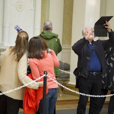 Vierailijat kuvasivat Presidentinlinnaa avointen ovien päivänä 19. syyskuuta.