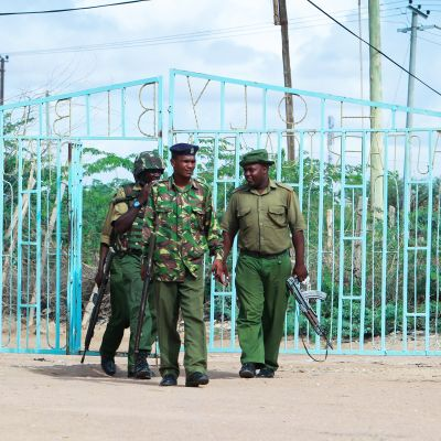 Kuvassa on joukko kenialaispoliiseja, jotka osallistuivat somalialaisen al-Shabaab -terroristiryhmän surmaamien opiskelijoiden muistotilaisuuteen Garissassa 5. huhtikuuta. al-Shanaabin jäsenset tappoivat 148 ihmistä Garissan yliopistossa 2. huhtikuuta.