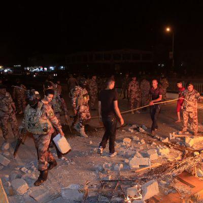 Turvallisuusjoukot sammuttivat mielenosoittajien  sytyttämiä tulipaloja Karbalan kaupungissa Irakissa 14. heinäkuuta 2018.