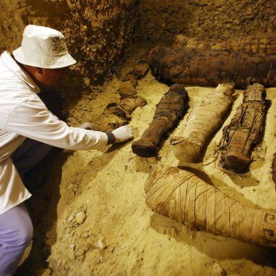 Osa muumioista oli kääritty liinoihin ja asetettu makaamaan maahan.