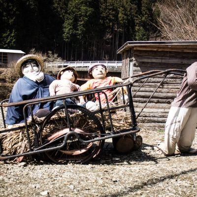 Tsukimi Ayanon nuket ovat romuluisia muistomerkkejä elämälle, joka ennen täytti vuoristokylän.