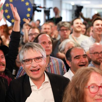 Saksan vihreiden kärkimeppiehdokas Sven Giegold iloitsi vaalivalvojaisissa Berliinissä ensimmäisten ovensuukyselyiden tultua julki.