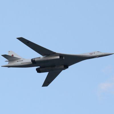 Venäläinen TU-160 pommikone kuvattuna sotilasparaatissa Minskissä, Valkovenäjällä heinäkuussa 2019.