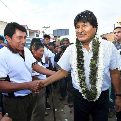 Bolivian istuva presidentti Evo Morales tervehti kannattajiaan Villa 14 de Septiembressä 20. lokakuuta.