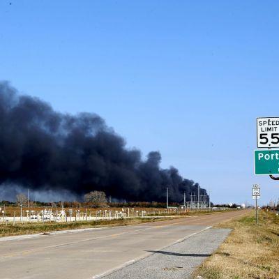 TPC Group -yhtiön tehtaalla palaa Port Nechesin kaupungissa Teksasissa.