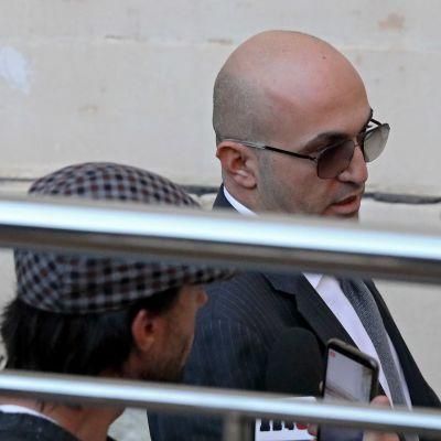 Liikemies  Yorgen Fenech poistumassa Vallettan oikeustalolta 29. marraskuuta.
