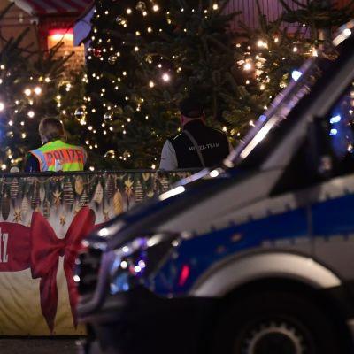 Poliisit evakuoivat Breitscheidplatzin lauantai-iltana Berliinissä.
