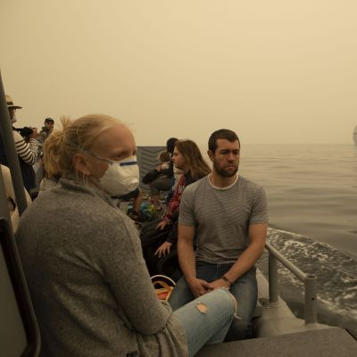 Mallacootan kaupungista evakuoituja siirrettiin vesiteitse Australian laivaston aluksiin.