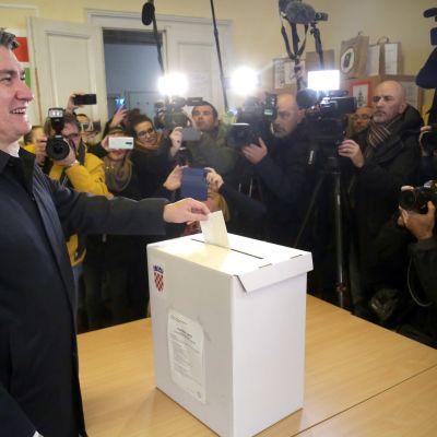 Maan entinen vasemmistolainen pääministeri Zoran Milanovic.antoi äänensä lehdistön ympäröimänä.