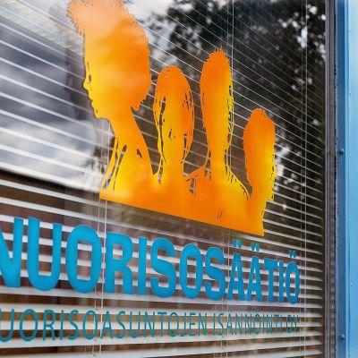 Nuorisosäätiön logo ikkunassa.
