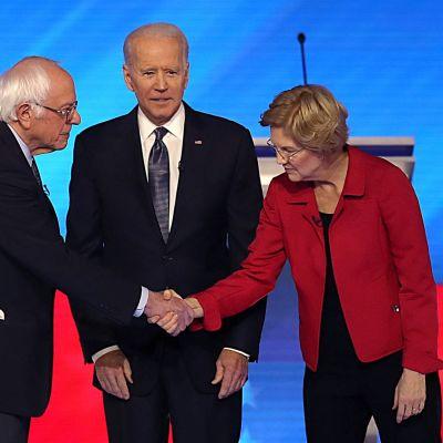 Bernie Sanders, Joe Biden ja Elizabeth Warren ennen demokraattien vaaliväittelyn alkua New Hampshiressä.