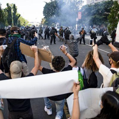 George Floydin kuolemasta käyynnistyneet protestit kärjistyivät maanantaina Washingtonissa.