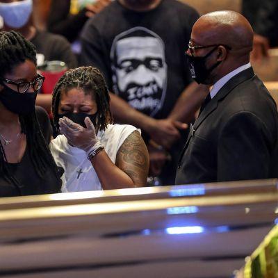 Ihmiset surivat maanantaina poliisiväkivallan seurauksena kuollutta George Floydia muistotilaisuudessa Houstonissa.