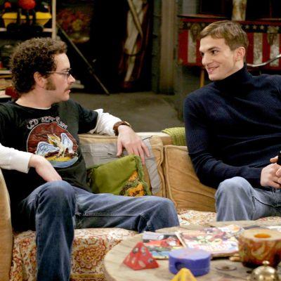 Danny Masterson (oik.) yhdessä Ashton Kutcherin (vas.) kanssa 70's Show -sarjassa vuonna 2006.