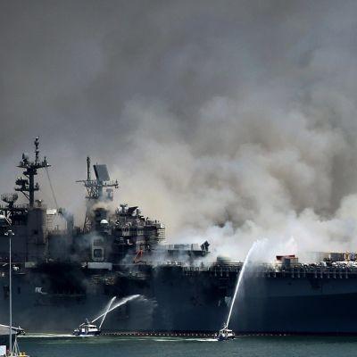 Paikallinen palopäällikkö arvioi, että tulipalo aluksella voi kestää jopa päiviä.